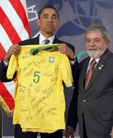 奥巴马获赠巴西队球衣 面露尴尬图片